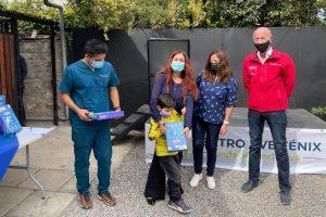 Niños y niñas del Colegio Ave Fenix de Rancagua reciben tablets para potenciar educación a distancia.